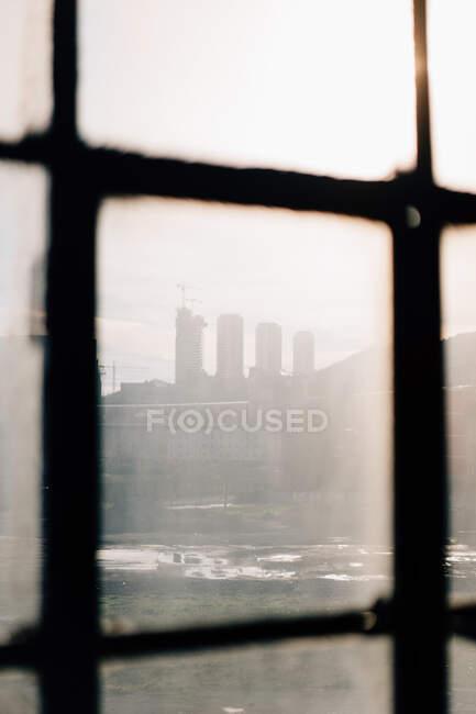 Vaga vista de la calle de la ciudad a través de vidrios sucios en un día soleado en Bilbao, España - foto de stock