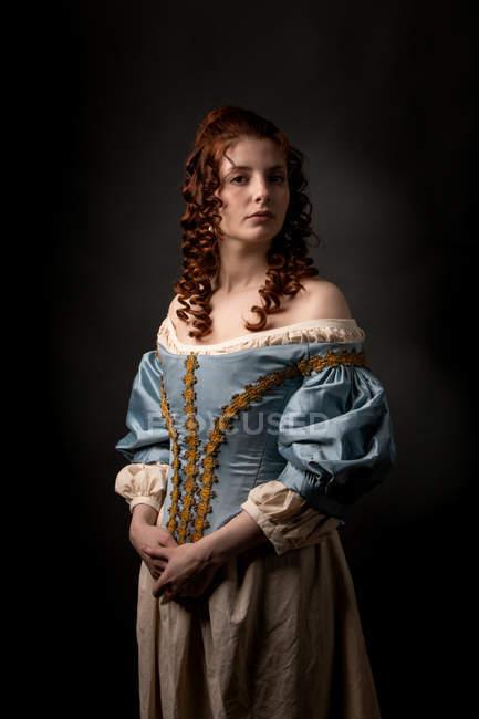 Красива жінка в середньовічному одязі дивиться в камеру.. — стокове фото
