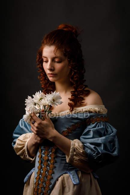 Женщина в стиле барокко с закрытыми глазами с цветами . — стоковое фото