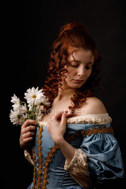 Красивая женщина в средневековой одежде на черном фоне . — стоковое фото
