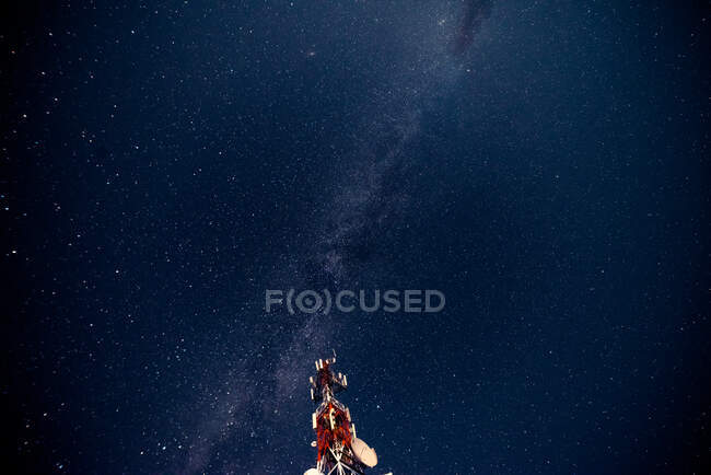 Torre de radio contra el cielo estrellado - foto de stock