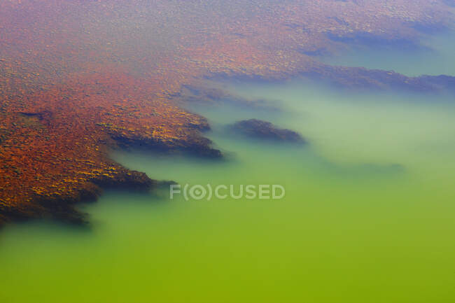 Багатобарвний мінеральний шар на річці — стокове фото