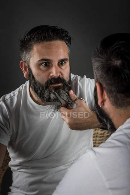 Barbeiro expressivo barba de corte — Fotografia de Stock