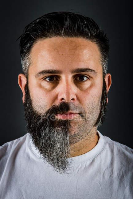 Hombre de confianza con media barba - foto de stock