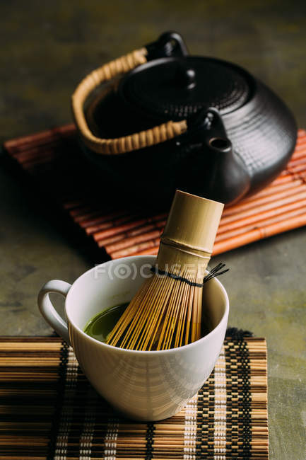 Nahaufnahme der Zubereitung von Matcha-Tee mit Bambusbesen. — Stockfoto