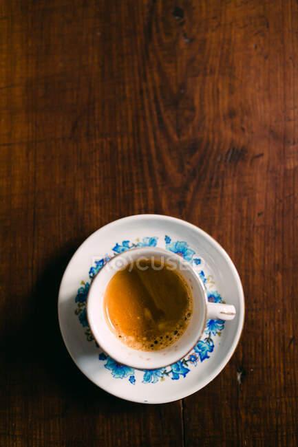 Taza de café en la mesa - foto de stock