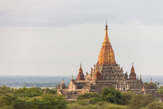 Vista del antiguo templo - foto de stock
