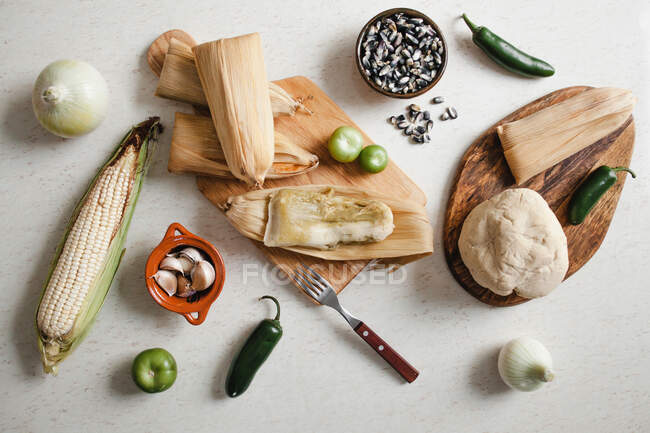 Teig in der Nähe von Maisschalen und Gewürzen für Tamales — Stockfoto
