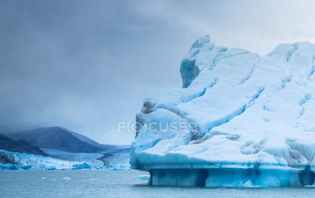 Fantastica vista di un enorme iceberg freddo contro il cielo grigio nuvoloso in Argentina — Foto stock
