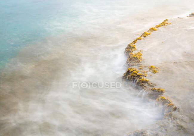 Brillante sol de la mañana saliendo sobre la superficie de agua de mar limpia en la majestuosa naturaleza - foto de stock