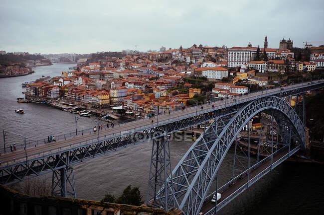 Fantastica vista del bellissimo ponte moderno sul fiume calmo nella meravigliosa città invecchiata — Foto stock