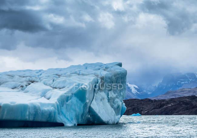Vue fantastique d'un immense iceberg froid contre un ciel gris nuageux en Argentine — Photo de stock