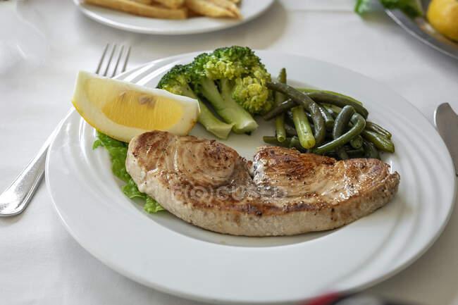 Mesa de restaurante lista para comer. Cubertería, servilletas, tazas; platos. pez espada - foto de stock