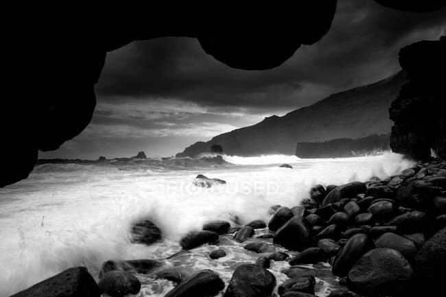 Вид на скелясте узбережжя поблизу поверхні води і чудове небо з хмарами на заході сонця на острові Ієрро (Канарський острів, Іспанія). — стокове фото