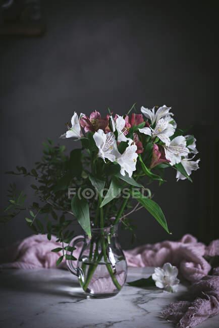Pot de fleur sur la table — Photo de stock