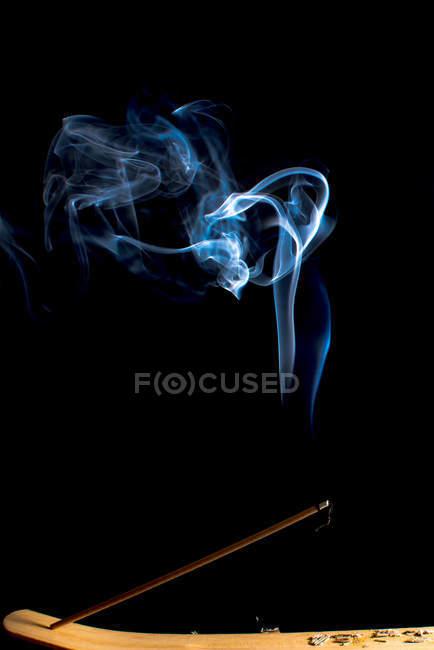 Вереницы ярко-синего дыма на черном фоне — стоковое фото