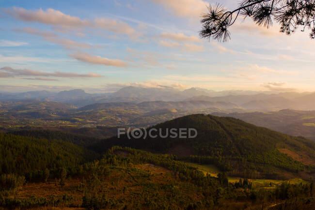Majestosa paisagem de montanhas verdes à luz do sol — Fotografia de Stock