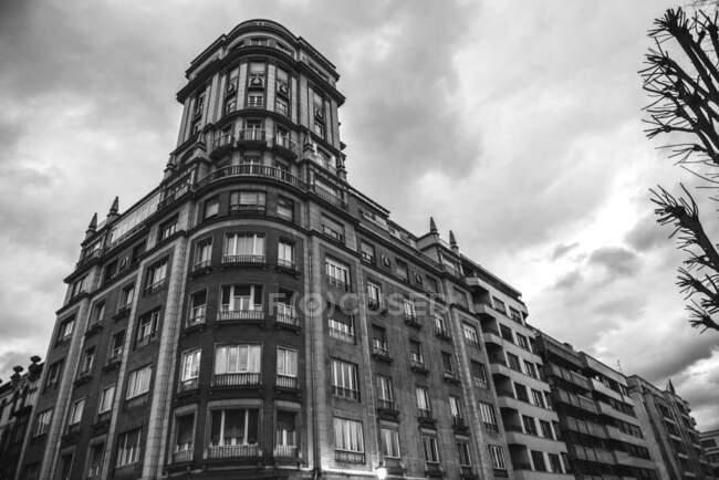 Чорно-білий величного старого будинку з орнаментальним фасадом під хмарним небом, Астурія. — стокове фото