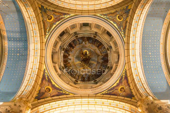 De baixo do mural dourado no teto redondo da catedral em Oviedo, Espanha — Fotografia de Stock