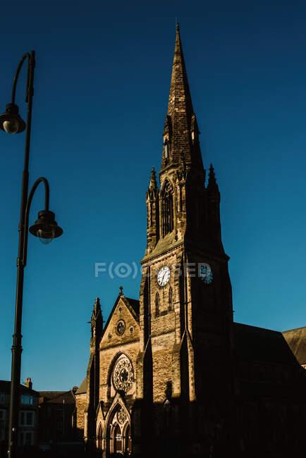 Vista de la histórica iglesia de piedra en Yorkshire, Inglaterra en un día soleado - foto de stock
