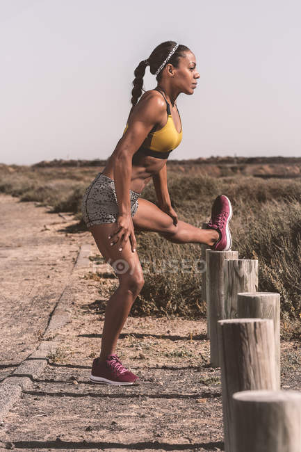 Спортивная тренировка чернокожих женщин на дороге в сельской местности — стоковое фото