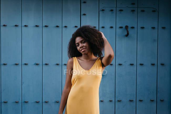 Mulher negra alegre em vestido amarelo posando na rua — Fotografia de Stock