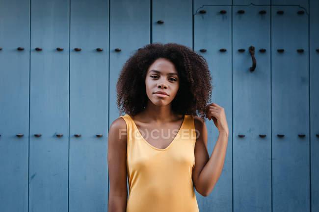 Linda mulher negra em vestido amarelo posando na rua — Fotografia de Stock