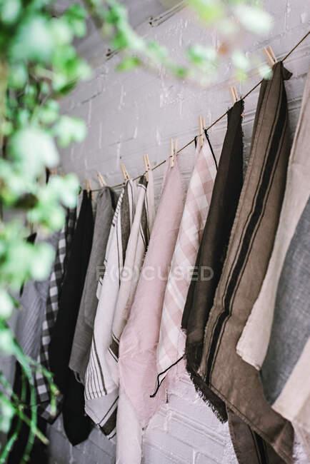 Torchons suspendus sur torsion avec épingles — Photo de stock