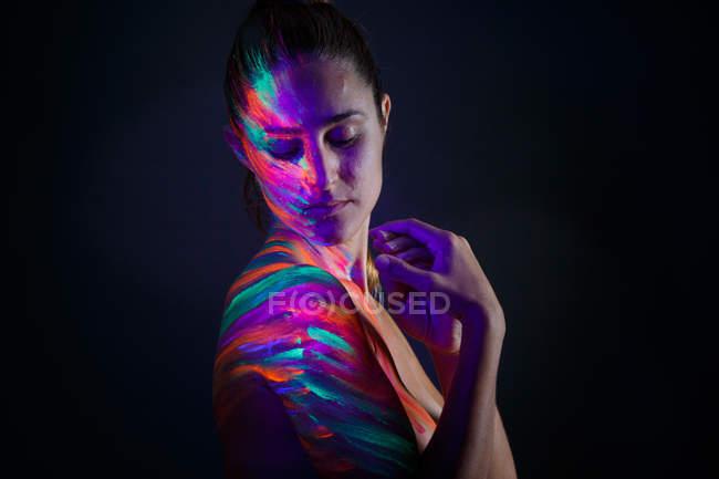 Oben-ohne-Modell im Neonlicht — Stockfoto