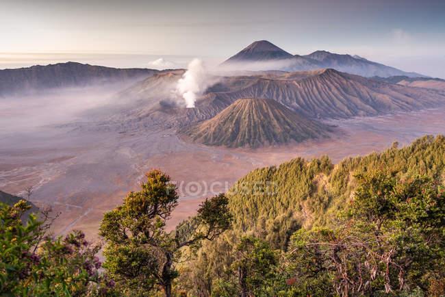 Дивовижний вид високих гір і неба — стокове фото