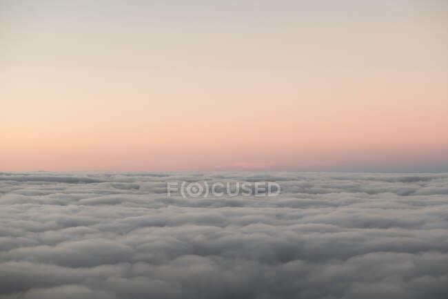 Дивлячись на чудові хмарні краєвиди та чисте небо у вечірньому світлі. — стокове фото