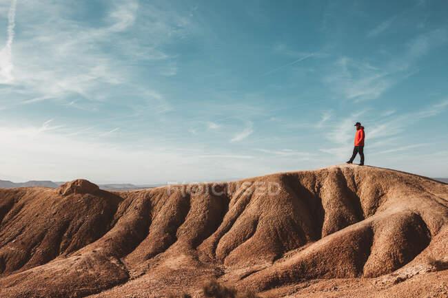 Tourist on sandy canyon hills — Stock Photo