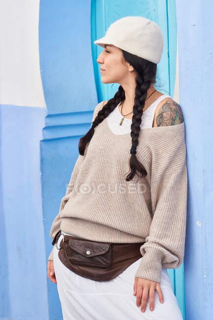 Schöne Frau spaziert zwischen blauen Häusern in Marrakesch — Stockfoto