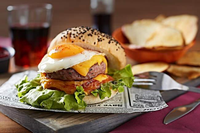 Deliciosa hamburguesa gourmet con huevos fritos y queso. - foto de stock