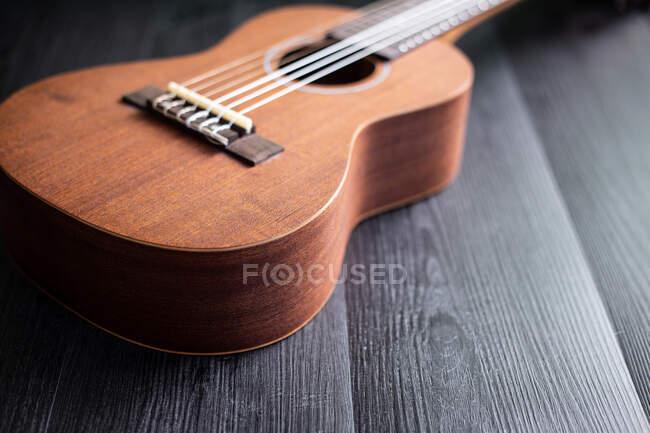 Ukulele auf Holztischplatte — Stockfoto