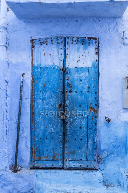 Blue vintage ancient door of ancient stone building in Marrakesh, Morocco — Stock Photo