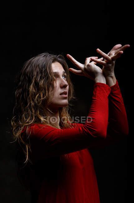 Молода жінка танцює в темряві — стокове фото