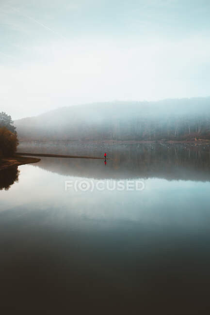 Beautiful tranquil lake in fog — Stock Photo