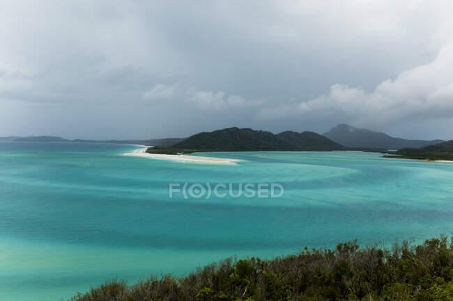Vista aerea a pittoresco paesaggio marino turchese e piccola isola verde — Foto stock
