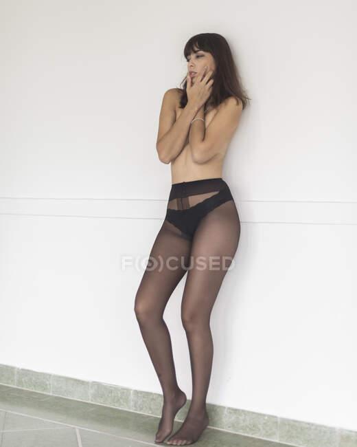 Молода чарівна страшна гола дама в цицьках. — стокове фото