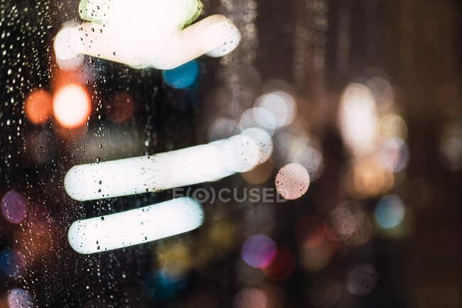 Нічне місто через мокре скло. — стокове фото