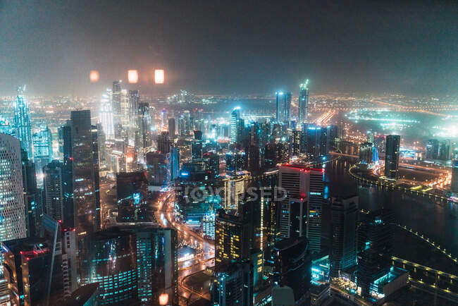 Céu nublado sobre metrópole iluminada — Fotografia de Stock
