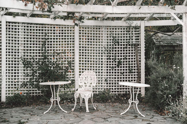 Retro tables and chair in white terrace on court in west neighborhood — Stockfoto