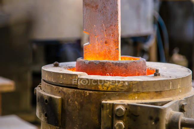 Металовироби опалення в тигель — стокове фото