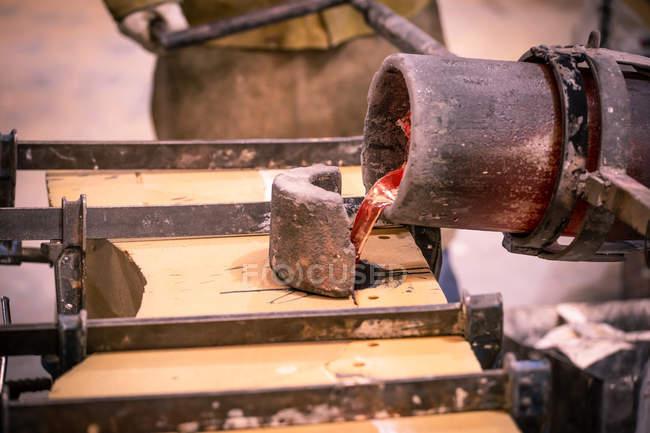 Заливки розплавленого металу від Тиглі в формі на маленький ливарне — стокове фото