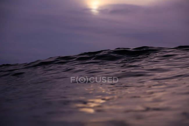 Close up da onda de água do mar e do céu nebuloso — Fotografia de Stock