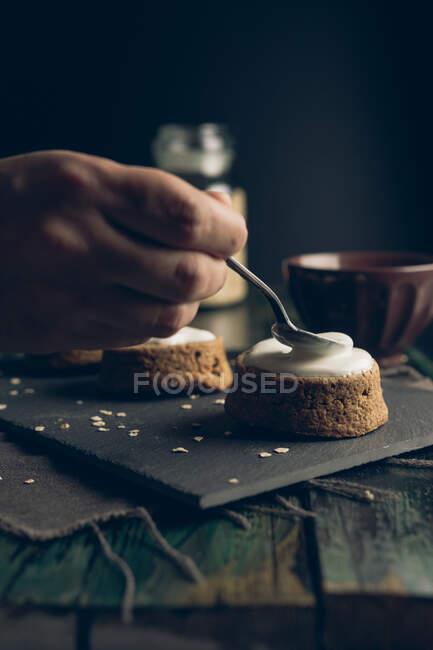 Домашній морквяний торт з вівсяною їжею та йогуртом. — стокове фото