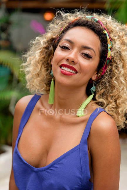 Portrait of sensual black young woman with curly hair posing outdoors — Stock Photo