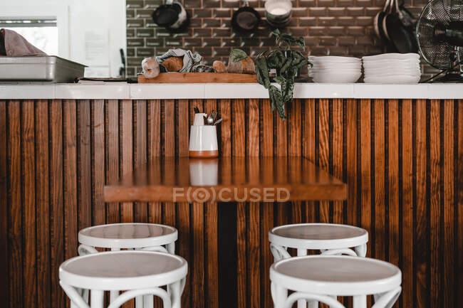 Кафе з тарілками під столом і дерев