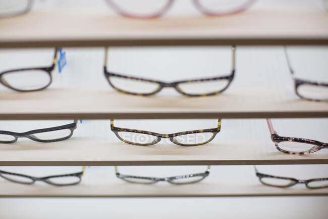Glasses on a shelf in a store — стокове фото